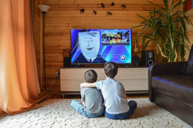 kids-watching-television